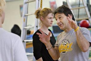 Lärarna Karin Kriström och Assen Panov instruerar.