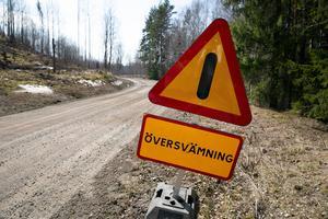 Skyltar varnar för de höga vattenflödena.