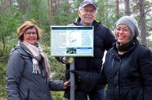 Dibis-medlemmarna, Maud Flink, Sture Claesson och Gunilla Häggbom (även ordförande i Norrala Hembygdsförening) vid den nyuppsatta skylten där Vågbroborgen låg på 1300-talet. Foto: Sture Claesson