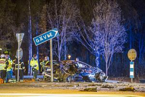 Två personer omkom i en svår singelolycka en natt i maj 2015 i Avesta. Föraren är misstänkt för bland annat grovt vållande till annans död. Foto: Niklas Hagman