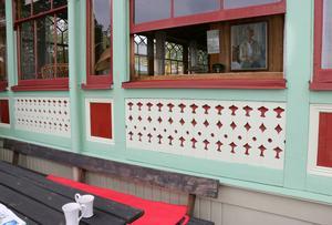 Snickarglädje kallar Gustav Giertz de här detaljerna i fasaden mot vattnet.