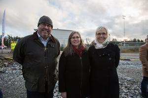 Samhällsbyggnadschefen Bengt Andersson, kultur och fritidschefen Liselotte Palmborg och utbildningschefen Susanne Englund glädjes åt dagens spadtag.