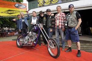 Charlie Swordson från Falun, tvåa från vänster, fick ta emot juryns pris för sin motorcykel.