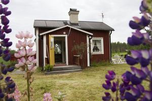 På tomten finns tre små hus. Detta är köksstugan.