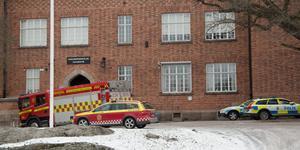 Personal från brandkåren var snabbt på plats och kunde släcka den anlagda branden. Sedan polisen spärrat av stora delar av skolan har rektor beslutat skicka hem samtliga elever.