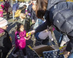 Emma Svedberg från Gävle Citysamverkan delade ut godispåsar till barnen som kommit till Slottsorget.