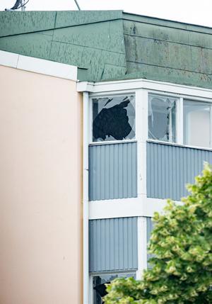 Krossade fönster cirka hundra meter från explosionsplatsen. Palinas lokaler ligger i den här fastigheten.