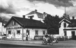 AB Ludvika sko & reparationsfabrik var etablerad mitt i staden på torget.