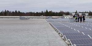 Gränsen på 255 kilowatt utesluter logistikbyggnader, idrottshallar och andra större byggnader. Vårt förslag är att all egenproducerad solel som används för att täcka fastighetens förbrukning, oavsett storlek på anläggningen, ska vara befriad från energisskatt, skriver debattförfattarna. Foto: Solkompaniet.