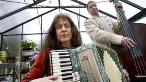 Cristina Viksten sjunger med Swingtime och uppträder på Estrad på onsdag 30 oktober. Här musicerar hon med maken Gunnar. Arkivfoto