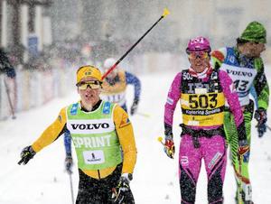 Lina Korsgren till vänster tar andraplatsen framför Katarina Smutna.