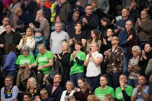 En del av publiken under den första matchen i Scaniarinken.