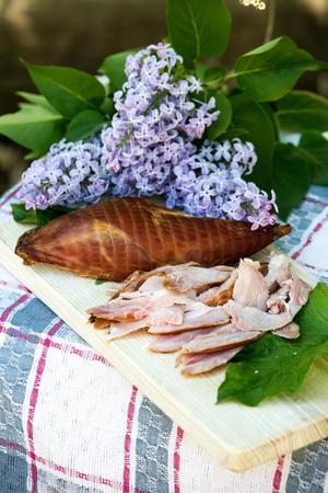Rökt kaninlår med Den gode Henriks målla, en delikat perenn som även kallas lungrot på svenska. Och även syrenblommor är ju ätliga.