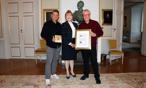 Foto: Länsstyrelsen Västmanlands län    Peder och Mikael Eneroth från Flexiclean tog emot priset av landshövding  Minoo Aktharzand.
