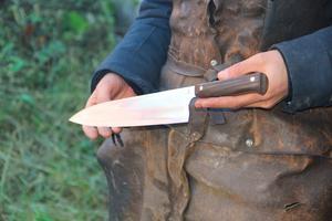 Robins senast färdigställda kniv. Denna kniv i kolstål kostar 4500 kronor. Ska man ha en damaskkniv så stiger det ytterligare några tusenlappar då stålet är dyrare.