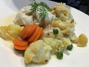 Den ångade flundran med vitvinsås och potatis-stomp är riktigt god.Foto: Lunchkollen