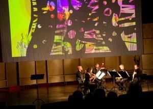 Färger, mönster och rörelser växlade  i konsertens abstrakta mix av musik och konst.