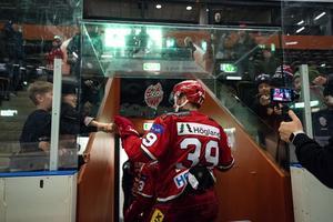 Tobias Enström hejar på en ung supporter efter en tidigare segermatch i Fjällräven Center.