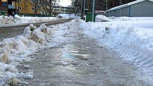En isig trottoar i Suarhammar.