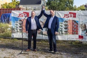 Faxeholmens styrelseordförande Lars Stål (M) och John-Erik Jansson (C) höll tal för samlingen besökare, sedan hurrade de för det nya kvarteret.