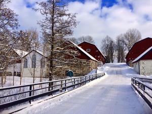 Foto: Lillemor Wittur.    Det gamla bruksområdet i Skultuna är extra vackert vintertid. På bilden syns Brännugnsbacken, Kolbodarna och Brännhyttan.