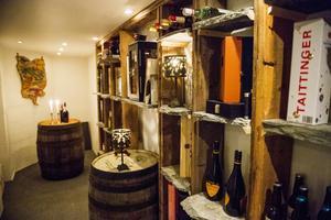 Den gamla innerväggen blev en praktisk och dekorativ hylla i vinkällaren.