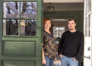Victoria Näslund och Rickard Berglund hälsar välkommen till sin gård i Bänkås på Alnö.