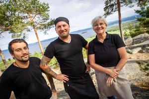 Agneta Olsson med sönerna Sami Daly, som också ska jobba på Avholmsberget i sommar, och Rikard Lövgren.