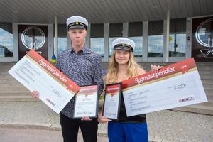 Vilhelm Fredriksson och Frida Jakobsson fick ta emot stipendiet. Foto: Patrik LIndström