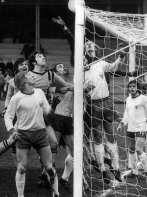 Här räddar Odd LIndberg bollen till hörna mot Brynäs i en division 2-match på Torvallen hösten 1973. Brynässpelaren som är framme i situationen är Ronnie Powell.