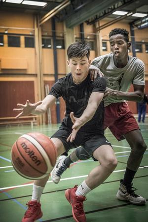 Hadi och Abdi tränar basket fyra gånger varje vecka i laget pojkar 02/03.