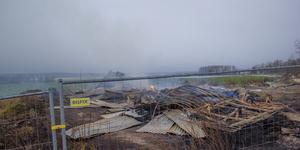 En halmlada som tillhörde Naturbruksgymnasiet totalförstördes i samband med en brand i torsdagskväll.
