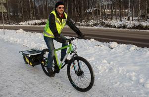 Han säger nej till elcykel. Lauris Tumena vill att transporterna ska vara både fossil- och batterifria. Han är kritisk mot tillverkningen av batterier.