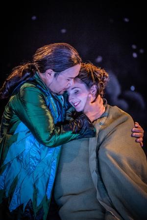 De älskande, Acis och Galatea, får minnas sin lycka i långa flashbacks.  Ylva Stenberg och Hyojong Kim sjunger kärleksparet. Fotograf: Martin Hellström