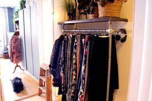 För att få mer förvaring tog hon upp en klassisk butikshängare och monterade i hallen.