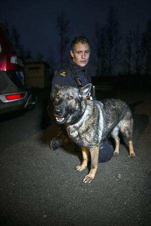 Polishundföraren Jonny Hedman tillsammans med sökhunden Krusa som hittade den försvunna kvinnan.