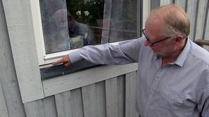 Här syns tydliga spår efter den kofot tjuvarna använde då de bröt sig in hemma hos Stellan Jonsson i Brunflo.