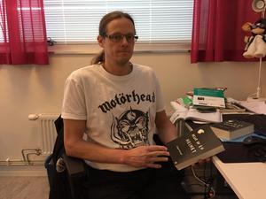 Jörgen Krüsell visar upp