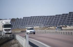 Debattörerna vill se en eller två större solkraftsparker invid motorvägen i Södertälje kommun. Foto: Fredrik Sandberg / TT