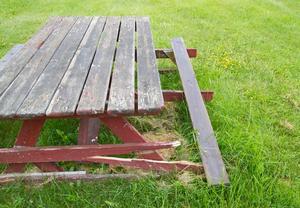De trasiga borden tycker samfälligheten borde bytas ut. Då de står vid Majas backe menar kommunen att det är samfällighetens ansvar.