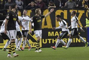 Filip Rogic har just kvitterat till 1–1 mot AIK på Friends arena i början av oktober förra året.