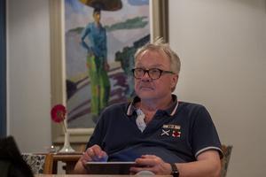 Östen Eriksson ska repa in en ny fars, men han är också aktuell med Östen med restens julshow som har premiär den 22 november.