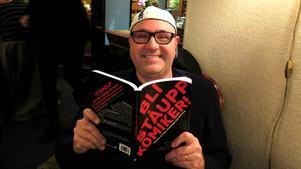 Hans Carstensen är lärare i romanskrivande och engelska på Färnebo folkhögskola och har därmed erfarenhet av pedagogik sedan innan. Han har för övrigt en bok i ämnet romanskrivande på gång också som varit klar i tre år.