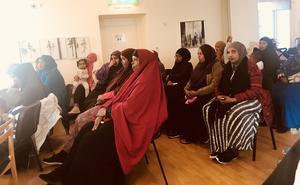 Somalisk kvinnosamling. Ett 30-tal kvinnor lyssnade till hur integrationen ska förbättras och isoleringen minskas med nybildade Somaliska Vänföreningen.