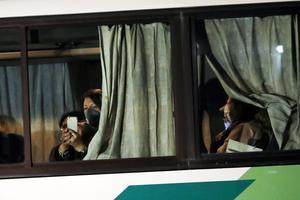Kryssningspassagerare, i det här fallet israeler, bussas ut från hamnområdet i Yokohama.