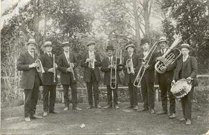 Musikkåren Kamraterna i Upplandsbodarna var föregångaren till Skutskärs musikkår. Här syns orkestern på en bild taget 1914; Foto: Arkivbild från musikkårens arkiv.