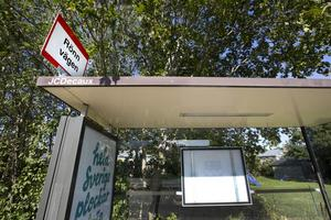 De hållplatser som inte längre  har en tidtabell uppsatt i busskuren har färre än 20 påstigande per dag enligt X-trafik.