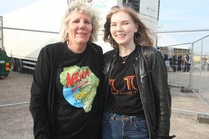 Lee och Helana Jonsson åkte från Bålsta för att gå på konsert i Gävle. – Morsan har lyssnat på Toto sedan länge, sa Helena och mamma Lee nickde medhållande. Hon har gillat Toto sedan 80-talet.