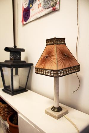 Marmorlampan är köpt i en antikaffär i Enköping.