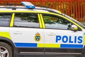 En man i 80-årsåldern anmäler stöld och att två personer hoppat in i hans bil.